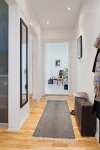 Utiliser les miroirs dans une rénovation d'entrée